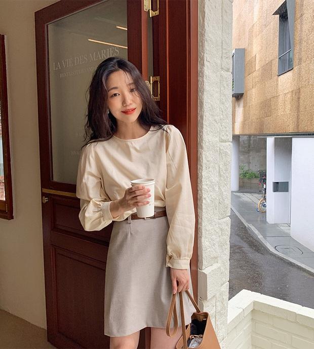 Áo blouse trơn màu đúng là chân ái của nàng công sở, có đến 10 cách diện sang xịn hết cỡ - Ảnh 1.