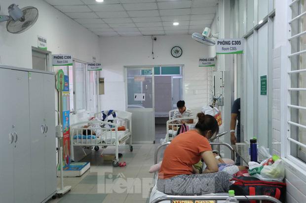 Vụ gần 100 học sinh nghi ngộ độc, 40 em vẫn phải nằm viện điều trị - Ảnh 3.