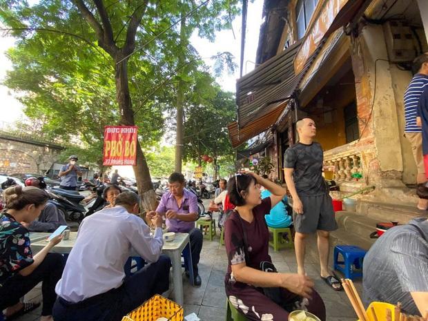 Sau khi gây bão mạng xã hội, hàng Phở Khôi có ông chủ khó tính nhất nhì Hà Nội bất ngờ đông nghẹt khách, có người chờ lâu quá phải cáu kỉnh bỏ đi - Ảnh 2.