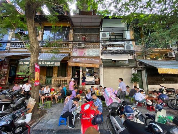 Sau khi gây bão mạng xã hội, hàng Phở Khôi có ông chủ khó tính nhất nhì Hà Nội bất ngờ đông nghẹt khách, có người chờ lâu quá phải cáu kỉnh bỏ đi - Ảnh 4.