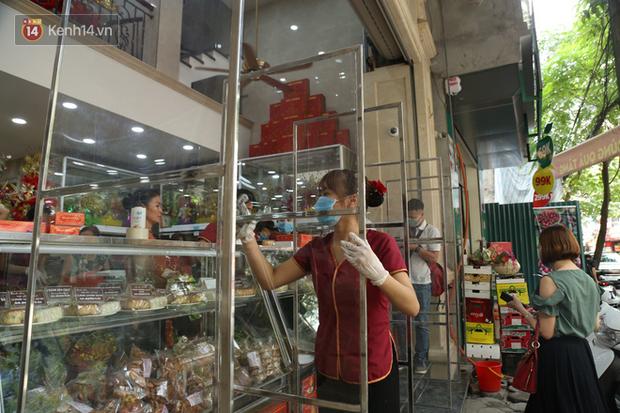 Tiệm bánh Trung thu nổi tiếng ở Hà Nội lắp vách ngăn, khách đeo khẩu trang mới được mua hàng - Ảnh 3.