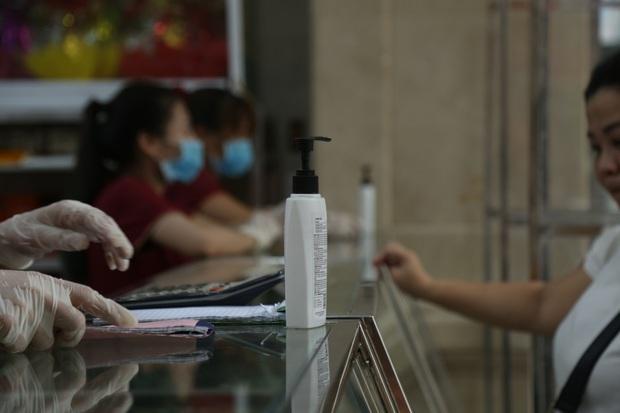 Tiệm bánh Trung thu nổi tiếng ở Hà Nội lắp vách ngăn, khách đeo khẩu trang mới được mua hàng - Ảnh 6.