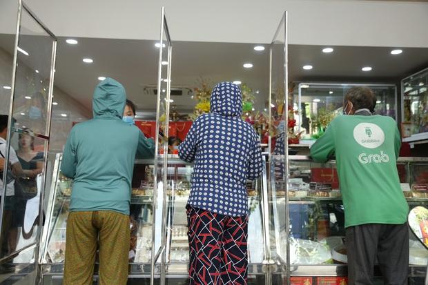 Tiệm bánh Trung thu nổi tiếng ở Hà Nội lắp vách ngăn, khách đeo khẩu trang mới được mua hàng - Ảnh 5.