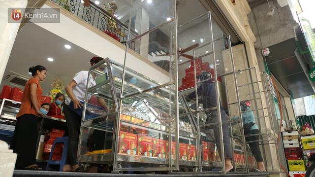 Tiệm bánh Trung thu nổi tiếng ở Hà Nội lắp vách ngăn, khách đeo khẩu trang mới được mua hàng - Ảnh 4.