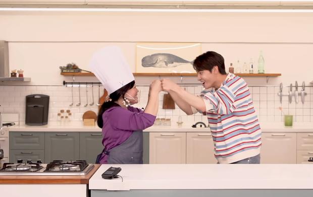 Nam idol Kpop chật vật khi học nấu ăn với người nước ngoài, còn suýt làm hỏng máy xay vì... quá cẩn thận? - Ảnh 1.