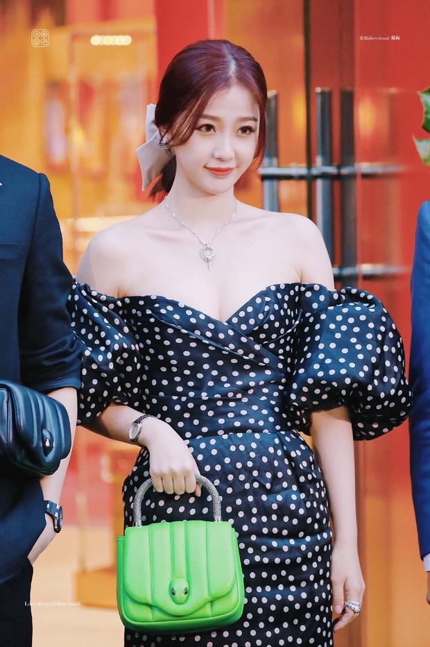 Có ai nhận ra thánh lố cuồng Lisa Ngu Thư Hân năm nào: Khoe ngực căng đầy, vừa đầy khí chất tiểu thư vừa sexy táo bạo - Ảnh 8.