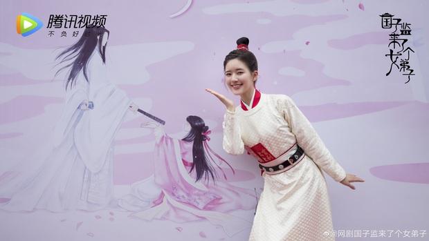 Bị chê cười công nghiệp trên poster, Triệu Lộ Tư phản pháo bằng clip đẹp lung linh ở hậu trường - Ảnh 8.