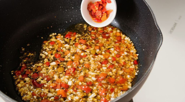 Dùng dầu hào khi nấu nướng nên nhớ quy tắc 3 không để tránh gây hại tới sức khỏe lẫn hương vị món ăn - Ảnh 1.