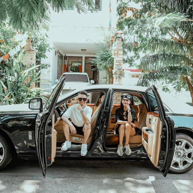 Minh Nhựa và vợ 2 Mina khoe ảnh bên xe Rolls Royce 50 tỷ, dân tình thích thú khi thấy Wowy vào comment - Ảnh 1.