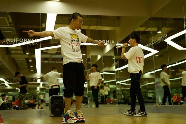Wowy chia sẻ khoảnh khắc cả team tập luyện cho vòng 2 Rap Việt, không quên cảm ơn cả... loa kẹo kéo của JBee7 lẫn xe hơi của B:OKEH - Ảnh 4.