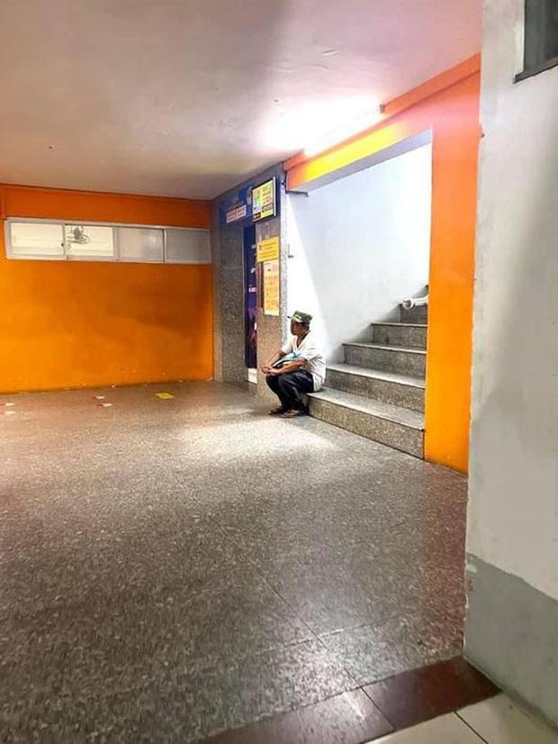 Bức ảnh người bố lặng lẽ ngồi một góc cầu thang chờ con nhập học: Cả đời này, bố mẹ sẽ luôn đợi chúng ta! - Ảnh 1.