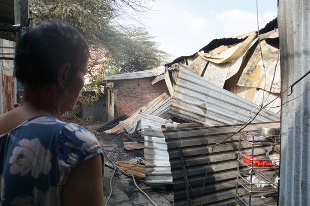 Dãy nhà trọ ở Sài Gòn sụp đổ trong biển lửa, nhiều gia đình nghèo bật khóc vì tài sản bị thiêu rụi - Ảnh 4.