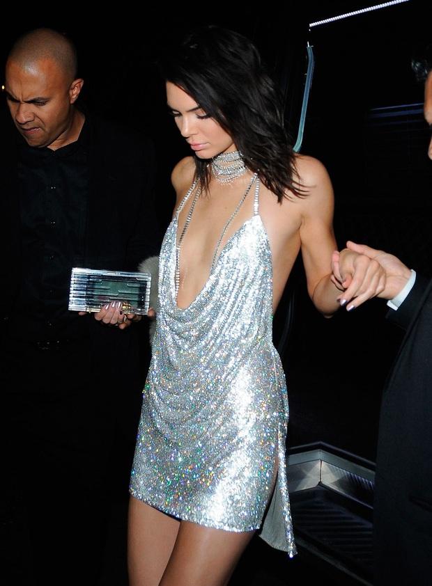 """Ngọc Trinh diện váy giống hệt Kendall Jenner 4 năm trước: Màn so kè da trắng - da nâu lại khiến dân tình phải """"cân não"""" mà so sánh - Ảnh 5."""