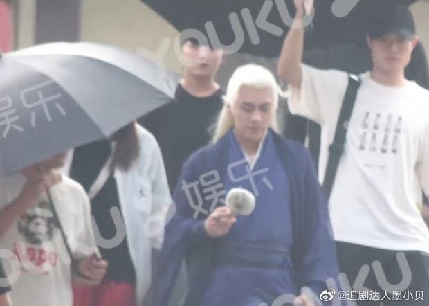 Lý Dịch Phong đu trend tóc bạch kim ở Kính Song Thành nhưng mốt hơi lỗi thời không? - Ảnh 4.
