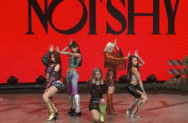Main dancer của ITZY trưng ra biểu cảm khó ở vì vũ đạo Not Shy quá khó, đồng đội thấy thế phải nhắc nhở ngay trên sân khấu - Ảnh 5.