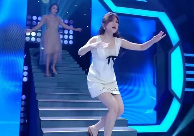 """Hari Won suýt hớ hênh vì trượt chân ngã ngay trên sân khấu, Trấn Thành chứng kiến nhưng lại có phản ứng khiến vợ """"giận tím mặt"""" - Ảnh 4."""