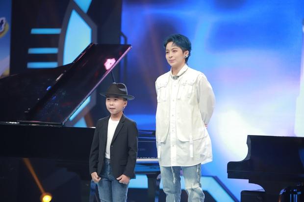 Trấn Thành quắn quéo khi nghe Hari Won live Anh Cứ Đi Đi quá xuất sắc bên thần đồng piano 7 tuổi - Ảnh 1.