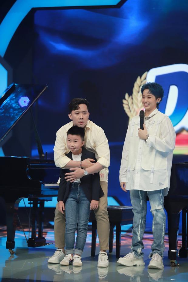 Trấn Thành quắn quéo khi nghe Hari Won live Anh Cứ Đi Đi quá xuất sắc bên thần đồng piano 7 tuổi - Ảnh 2.