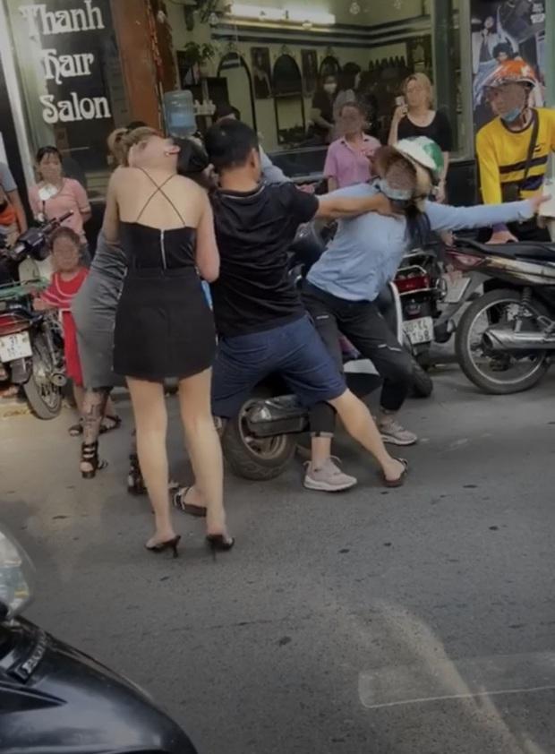 Chân dung người vợ trong vụ đánh ghen trên phố Lý Nam Đế qua lời kể của người quen: Rất hiền lành và thương chồng con, chưa bao giờ bị đánh như vậy - Ảnh 1.
