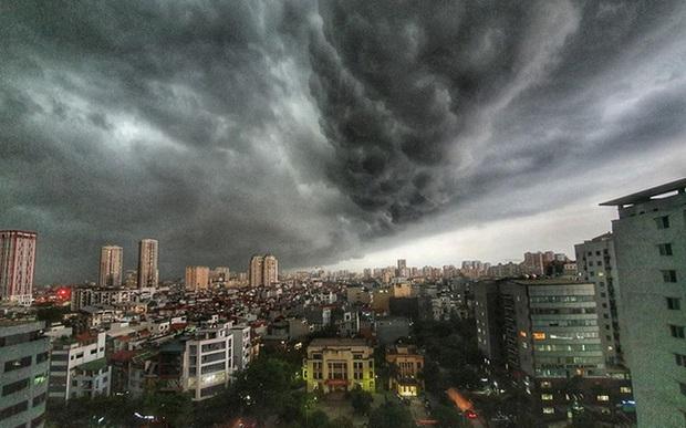Cảnh báo: Hà Nội chuẩn bị mưa dông, trong cơn mưa khả năng xuất hiện lốc, sét và gió giật mạnh - Ảnh 1.
