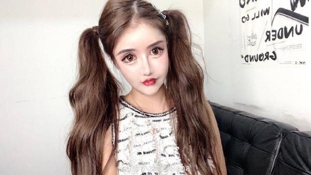 Nghiện dao kéo từ năm 13 tuổi, gương mặt sau hơn 100 lần phẫu thuật thẩm mỹ của hot girl xứ Trung khiến ai nhìn cũng sửng sốt - Ảnh 1.