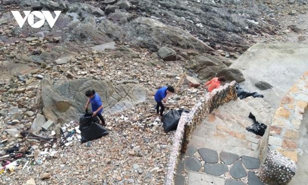Vụ nhân viên quán cafe ở Vũng Tàu kéo rác ném xuống biển: Lực lượng chức năng ghi nhận không có rác sinh hoạt - Ảnh 3.
