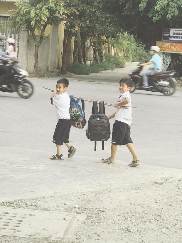 Bức ảnh đôi bạn thân Tiểu học cùng nhau gánh cặp siêu cấp dễ thương: Trời ơi, cả một thời tuổi thơ ùa về! - Ảnh 3.