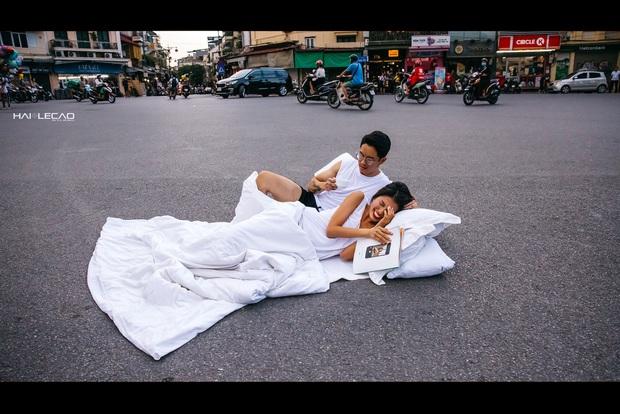 Chụp ảnh cưới phong cách chăn gối giữa phố đi bộ gây tranh cãi, tác giả lên tiếng: Không gây cản trở giao thông - Ảnh 2.