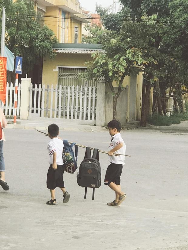 Bức ảnh đôi bạn thân Tiểu học cùng nhau gánh cặp siêu cấp dễ thương: Trời ơi, cả một thời tuổi thơ ùa về! - Ảnh 2.