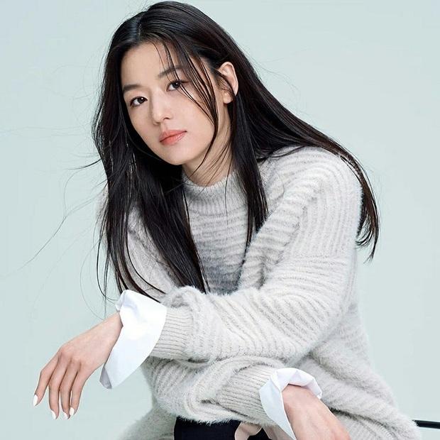 Mợ chảnh Jeon Ji Hyun đã hết... chảnh chỉ vì tóc mái, hội ngộ thái tử gia tộc Samsung một thời tại sự kiện - Ảnh 4.