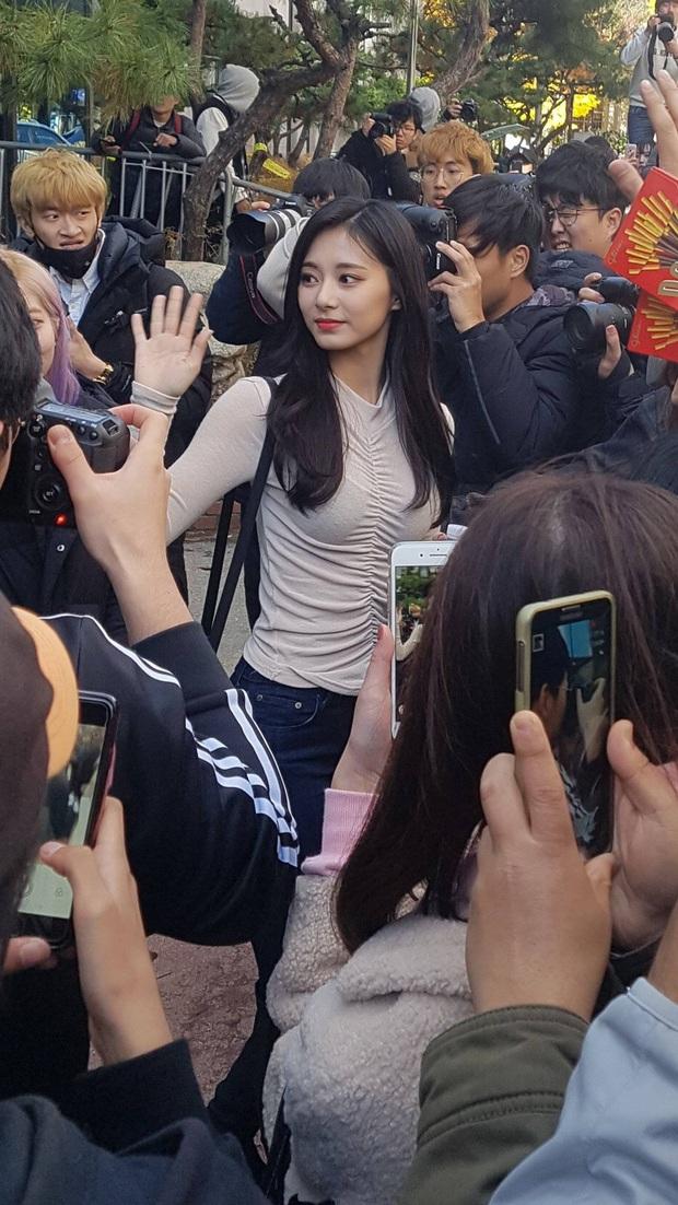 Dân tình phát cuồng vì bộ ảnh team qua đường bóc nhan sắc thật của nữ thần Kpop được tôn lên hàng đẹp nhất thế giới - Ảnh 2.