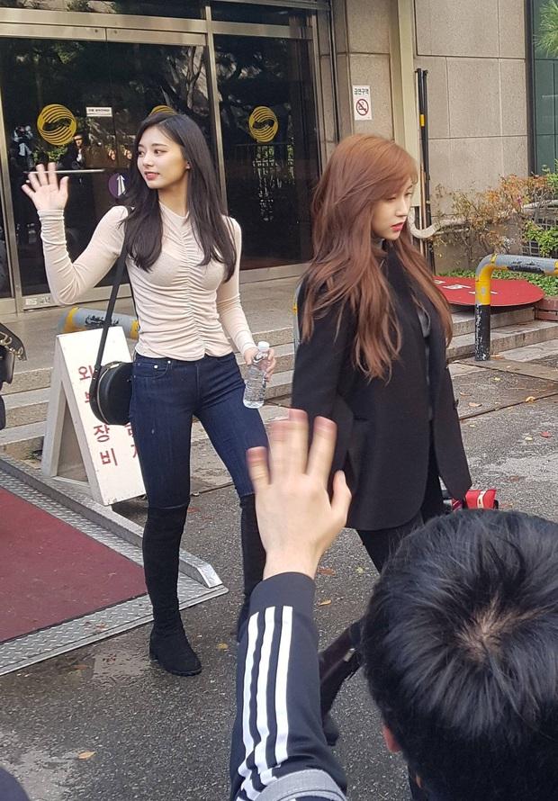Dân tình phát cuồng vì bộ ảnh team qua đường bóc nhan sắc thật của nữ thần Kpop được tôn lên hàng đẹp nhất thế giới - Ảnh 4.