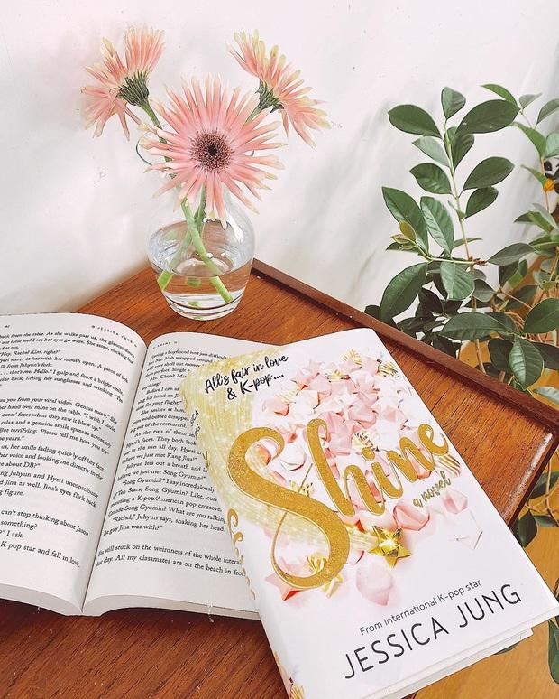 Tiểu thuyết của Jessica Jung gây tranh cãi: Ẩn ý bóc phốt SM chèn ép, 2 mỹ nam DBSK - Suju bị gọi hồn vì chi tiết hẹn hò - Ảnh 3.