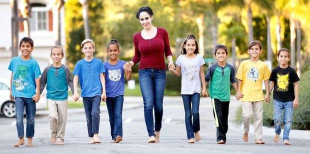 Bà mẹ đơn thân từng nén đau để hạ sinh thành công 8 đứa trẻ cùng một lúc cách đây 11 năm giờ có cuộc sống như thế nào? - Ảnh 1.