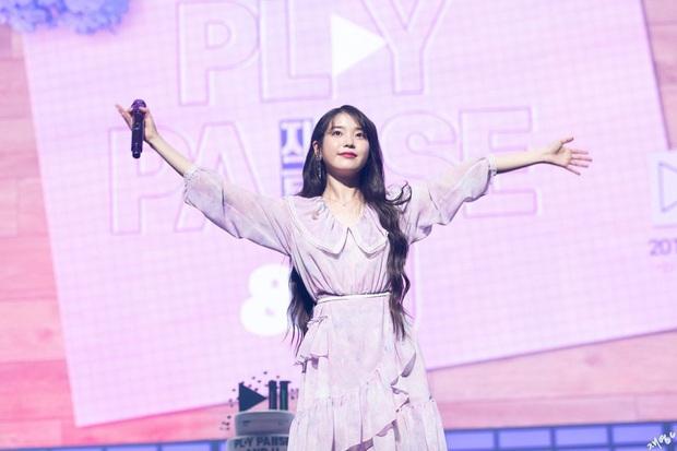 IU làm show miễn phí phát sóng truyền hình đã đành, còn hát liên tục 60 bài tặng fan, nhân viên tại trường quay xúc động đến... bật khóc! - Ảnh 1.
