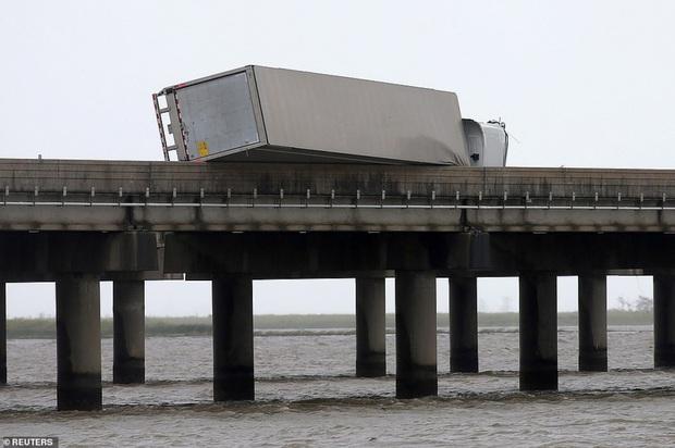 Bão Sally gây lụt lịch sử tại Mỹ, quật đổ cây cối, nhấn chìm đường phố trong biển nước - Ảnh 1.