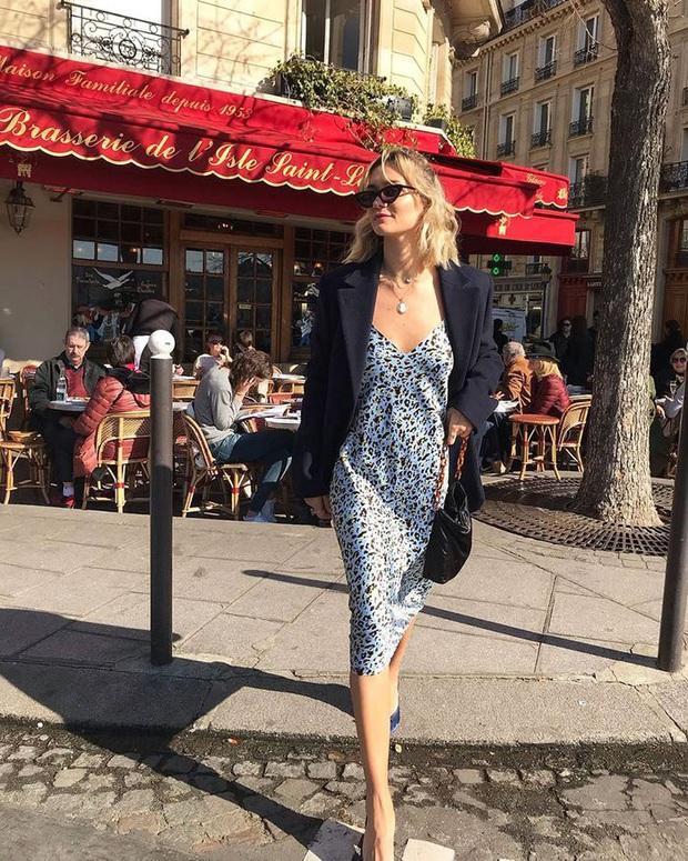 Chưa vội sắm đồ Thu, gái Pháp có cả loạt cách tận dụng váy 2 dây mùa Hè cực thông minh - Ảnh 1.