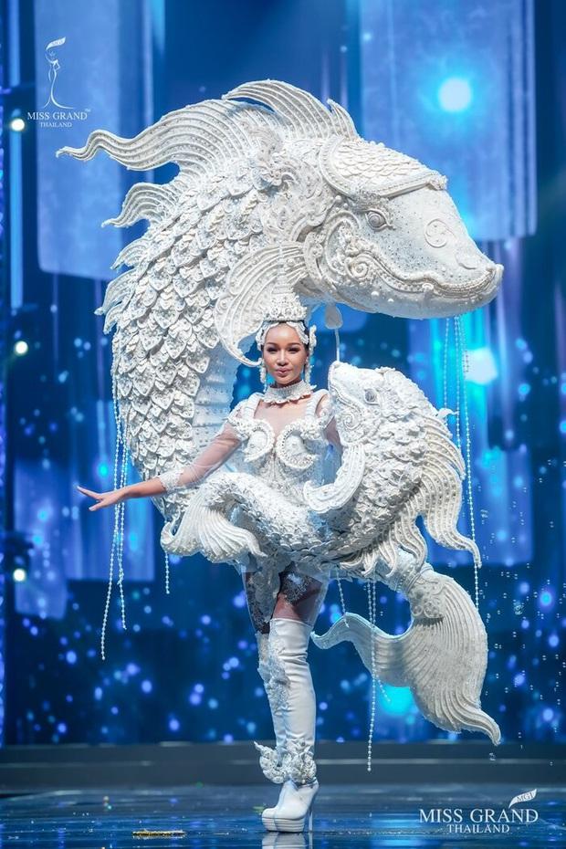 MXH náo loạn vì quốc phục có 1-0-2 tại Miss Grand ThaiLand 2020: Hết chợ nổi, bưởi da xanh đến... xương khủng long đem hết lên sân khấu - Ảnh 3.
