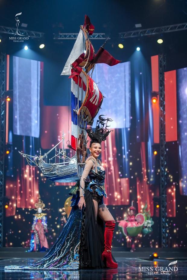 MXH náo loạn vì quốc phục có 1-0-2 tại Miss Grand ThaiLand 2020: Hết chợ nổi, bưởi da xanh đến... xương khủng long đem hết lên sân khấu - Ảnh 8.