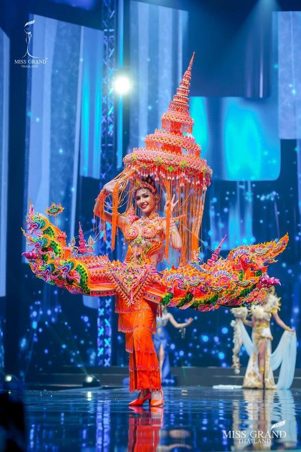 MXH náo loạn vì quốc phục có 1-0-2 tại Miss Grand ThaiLand 2020: Hết chợ nổi, bưởi da xanh đến... xương khủng long đem hết lên sân khấu - Ảnh 17.