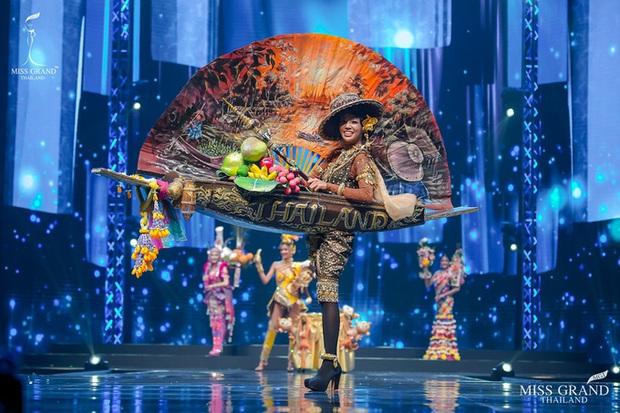 MXH náo loạn vì quốc phục có 1-0-2 tại Miss Grand ThaiLand 2020: Hết chợ nổi, bưởi da xanh đến... xương khủng long đem hết lên sân khấu - Ảnh 7.