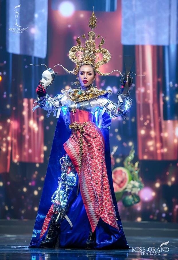 MXH náo loạn vì quốc phục có 1-0-2 tại Miss Grand ThaiLand 2020: Hết chợ nổi, bưởi da xanh đến... xương khủng long đem hết lên sân khấu - Ảnh 10.