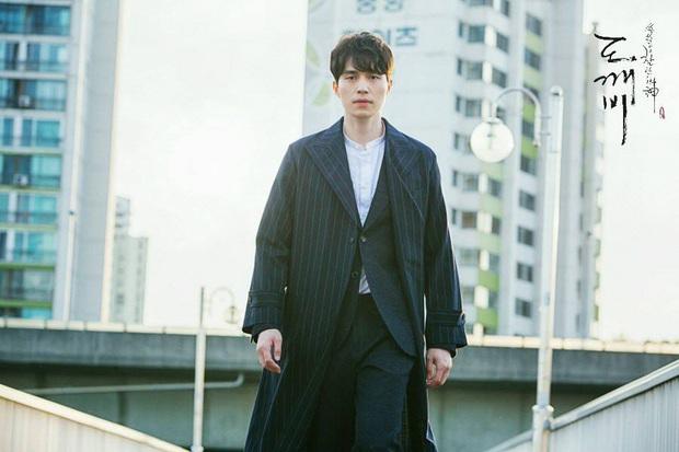 Đối đầu căng thẳng hồ ly Kim Bum trên poster Bạn Trai Tôi Là Hồ Ly mà nhìn đầu tóc Lee Dong Wook vẫn như đi lạc từ Goblin? - Ảnh 2.