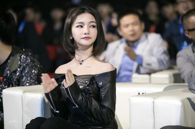 Ngắm nhan sắc Nữ hoàng eSports Trung Quốc, 31 tuổi vẫn xinh đẹp trẻ trung, chơi game sương sương mỗi năm kiếm vài chục tỷ - Ảnh 1.