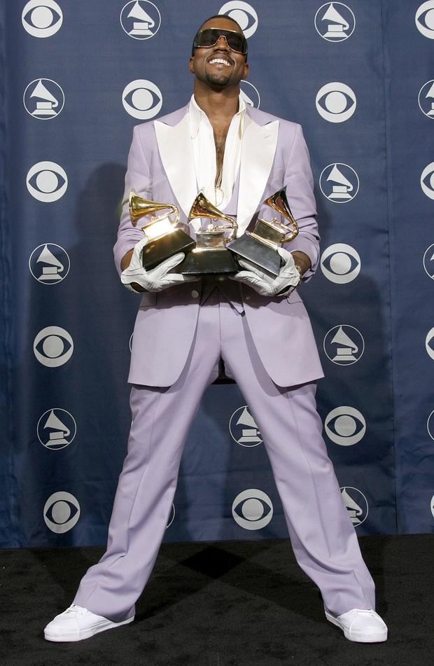 Đi tiểu lên cúp Grammy, ăn vạ các nghệ sĩ khác và khủng bố Twitter: Kanye West đang tự giết chết sự nghiệp âm nhạc của mình? - Ảnh 6.