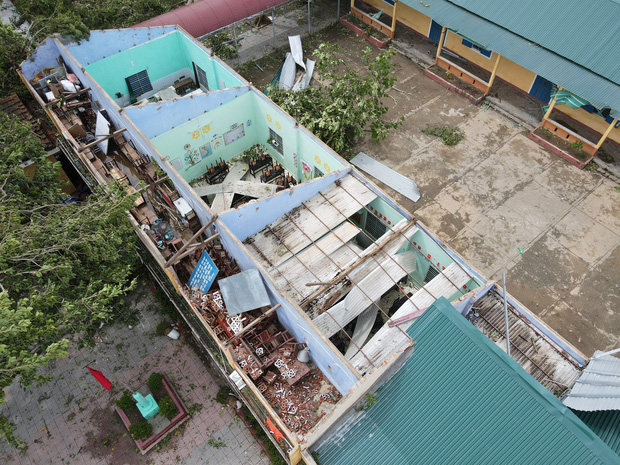 Trường Tiểu học ở Huế tan hoang, cây đổ và tốc mái hàng loạt lớp học do bão số 5 - Ảnh 3.