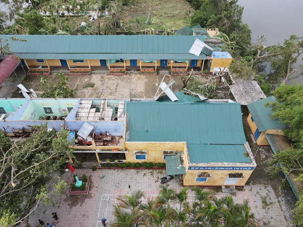 Trường Tiểu học ở Huế tan hoang, cây đổ và tốc mái hàng loạt lớp học do bão số 5 - Ảnh 1.