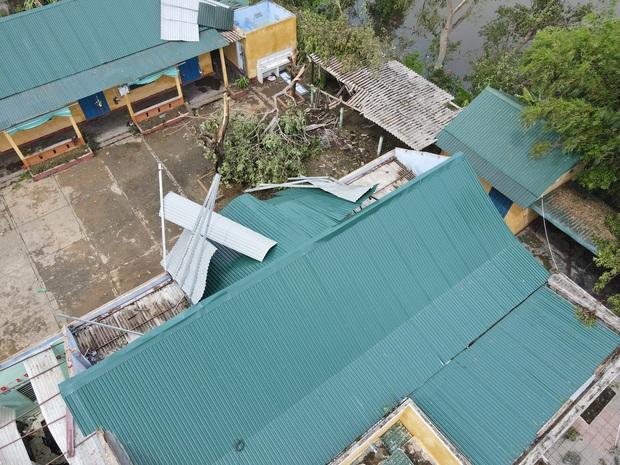 Trường Tiểu học ở Huế tan hoang, cây đổ và tốc mái hàng loạt lớp học do bão số 5 - Ảnh 8.