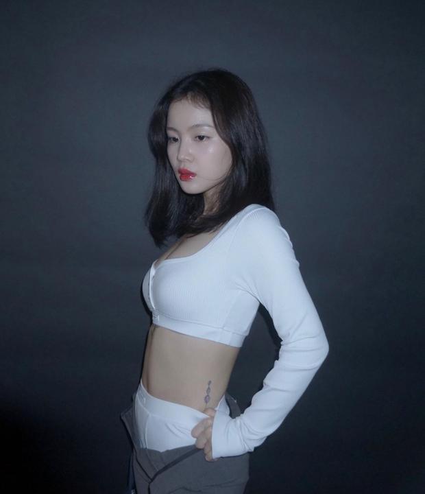 Rời YG, nữ ca sĩ bị Knet chê xấu ngày nào lột xác khác lạ: Nhan sắc lên hương trông thấy, o ép vòng 1 khiến fan xịt máu mũi - Ảnh 4.