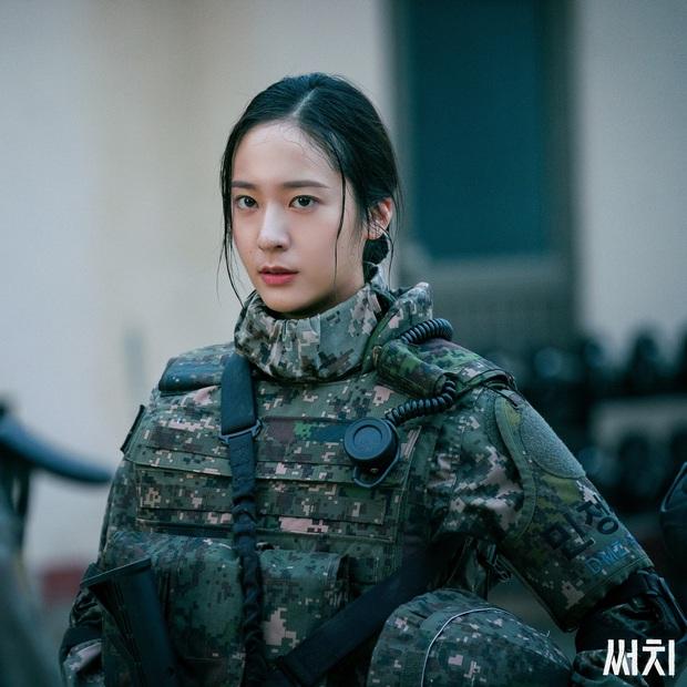 Sau Kim Ji Won, cuối cùng  đã xuất hiện nữ thần quân đội xứ Hàn: Cân luôn ảnh siêu cận, ánh mắt sắc lạnh gây bão MXH - Ảnh 2.